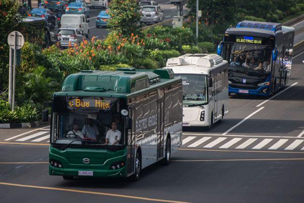 Ilustrasi - Tiga bus listrik melintas saat diuji coba di Jalan MH Thamrin, Jakarta, Senin (29/4/2019). Pemprov DKI Jakarta bersama PT TransJakarta dan PT Bakrie & Brother Tbk menyelenggarakan uji coba bus listrik yang bertujuan untuk memastikan penggunaan kendaraan listrik sebagai alat transportasi umum di Jakarta.  - ANTARA
