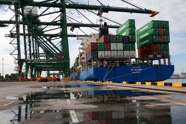 Ilustrasi - Terminal peti kemas di Pelabuhan Tanjung Priok, Jakarta. - Bisnis/Reuters/Darren Whiteside