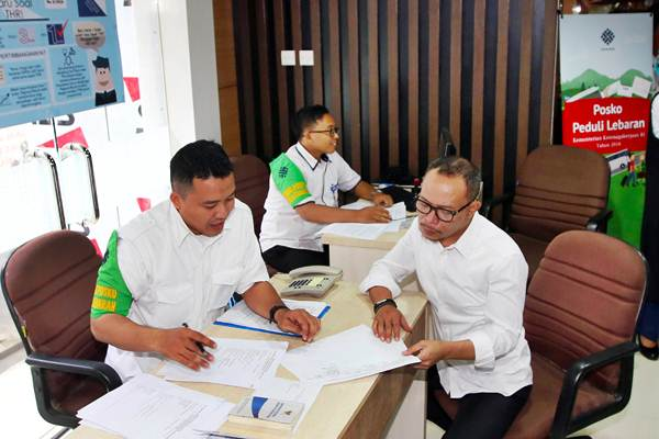 Menteri Ketenagakerjaan Hanif Dhakiri (kanan) meninjau posko satuan tugas (satgas) untuk pengaduan pekerja terkait masalah pembayaran tunjangan hari raya (THR) di Jakarta, Senin (28/5/2018). - JIBI/Abdullah Azzam