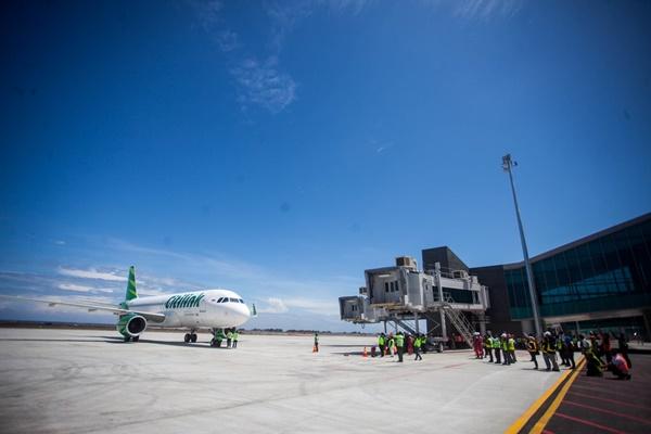 Pesawat komersial maskapai Citilink mendarat di landasan Yogyakarta International Airport (YIA) saat