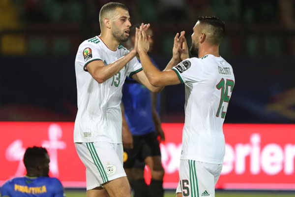 Dua pemain andalan Aljazair, Islam Slimani (kiri) dan Andy Delort, merayakan kemenangan atas Tanzania. - CAFOnline.com