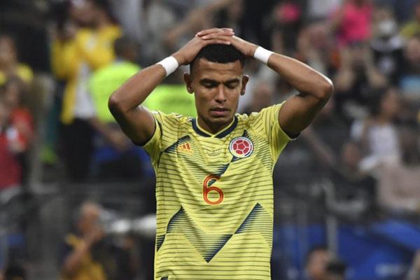 Ekspresi pemain Kolombia William Tesillo setelah gagal memasukkan bola pada adu penalti melawan Chile dalam pertandingan perempat final Copa America 2019 di Corinthians Arena, Sao Paulo, Brasil. - Antara-AFP