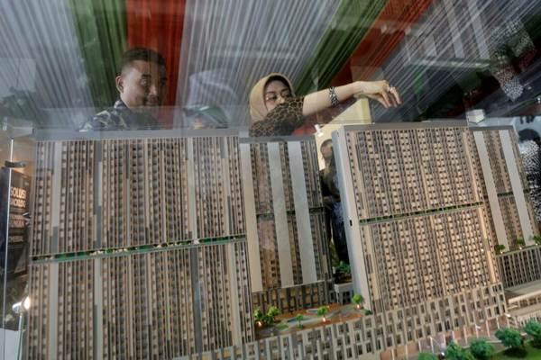 Pengunjung mengamati maket rumah susun dengan konsep transit oriented development (TOD) di Stasiun Pondok Cina, Depok, Jawa Barat, beberapa waktu lalu. - JIBI/Nurul Hidayat