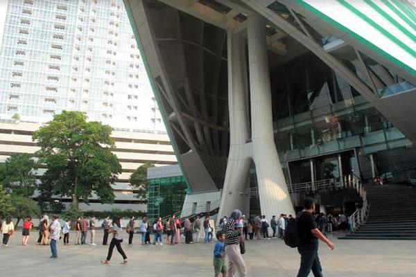 Pengunjung mengantre untuk masuk ke dalam gedung teater di Taman Ismail Marzuki (TIM) di Jakarta pada Rabu (3/4/2019). Pemerintah Provinsi DKI Jakarta berencana merevitalisasi TIM mulai Juni 2019. Proyek tersebut menelan biaya Rp1,8 triliun. - Bisnis/Triawanda Tirta