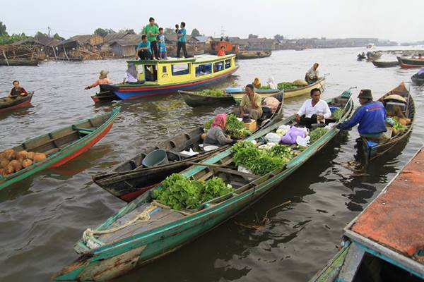 Suasana pasar terapung di Sungai Barito Kalimantan Selatan - Indonesia Travel