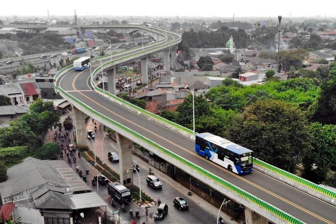 Ilustrasi - Armada TransJakarta melintas di jalur layang Ciledug-Tendean, Jakarta, Senin (1/7/2019). - Bisnis/Abdullah Azzam