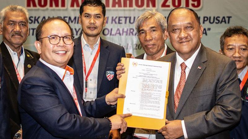 Ketua Umum KONI Pusat Letjen TNI (Purn) Marciano Norman (kanan depan) menerima surat keputusan dari pimpinan sidang Djamhuron P. Wibowo (kiri depan) dalam Musyawarah Olahraga Nasional KONI XIII 2019 di Jakarta, Selasa (2/7/2019). - Antara/Aprillio Akbar