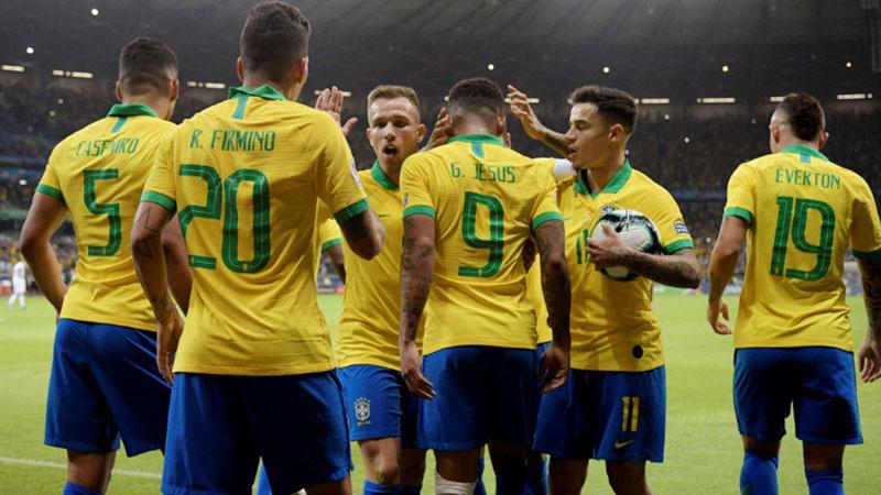 Para pemain Brasil merayakan gol ke gawang Argentina. - Reuters/Washington Alves