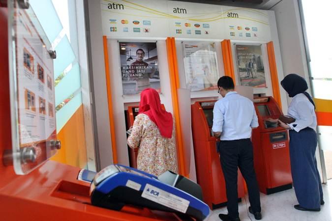 Nasabah melakukan transaksi melalui anjungan tunai mandiri di kantor PT Bank Danamon Indonesia Tbk di Jakarta, Selasa (2/7/2019). - Bisnis/Dedi Gunawan