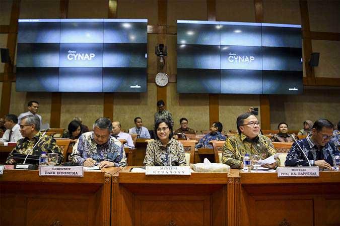 Menteri Keuangan Sri Mulyani (tengah) bersama Menteri PPN/Kepala Bappenas Bambang Brodjonegoro (kedua kanan), Gubernur Bank Indonesia Perry Warjiyo (kedua kiri), Ketua Dewan Komisioner OJK Wimboh Santoso (kiri) dan Kepala Badan Pusat Statistik (BPS) Suhariyanto (kanan) mengikuti rapat kerja dengan Komisi XI DPR di Kompleks Parlemen, Senayan, Jakarta, Kamis (13/6/2019). - ANTARA/Hafidz Mubarak A