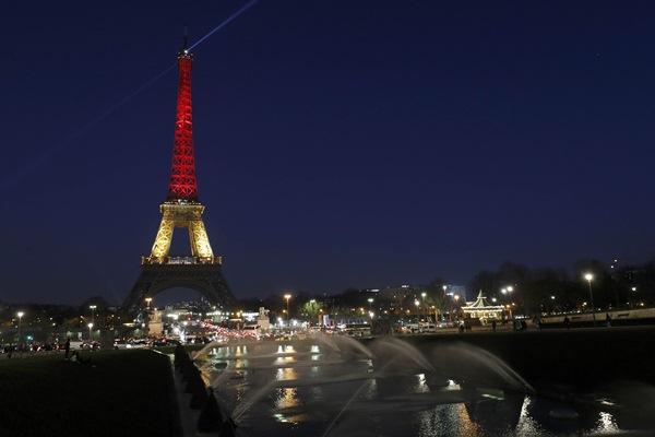 Menara Eiffel dalam warna hitam, kuning, dan merah untuk menunjukkan duka atas serangan bom di Brussel, Belgia - Reuters/Philippe Wojazer