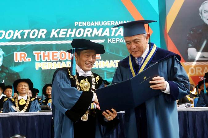 Founder Triputra Group Theodore Permadi Rachmat (kanan) menerima penganugerahan Doktor Kehormatan (Honoris Causa) dari Rektor ITB Kadarsah Suryadi pada Sidang Terbuka ITB Peringatan 99 Pendidikan Tinggi Teknik di Indonesia, di Bandung, Jawa Barat, Rabu (3/7/2019). - Bisnis/Rachman