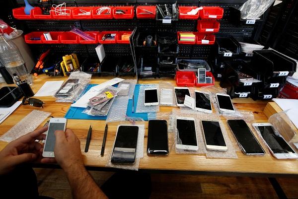 Illustrasi Ponsel Pasar Gelap. - Reuters