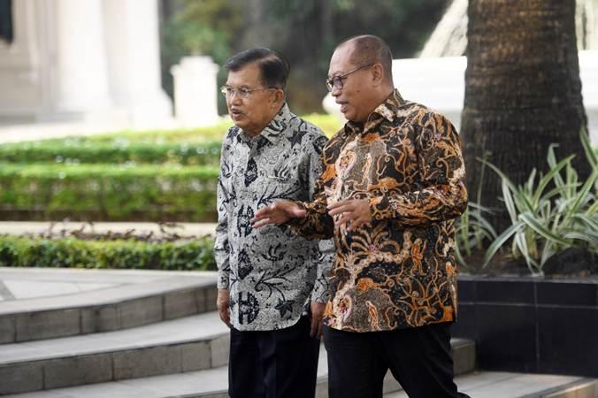 Wakil Presiden Jusuf Kalla (kiri) berbincang dengan Dirut BPJS Ketenagakerjaan Agus Susanto (kanan) usai acara penyerahan Anugerah Paritrana di Istana Wakil Presiden, Jakarta, Rabu (3/7/2019). - ANTARA/Akbar Nugroho Gumay