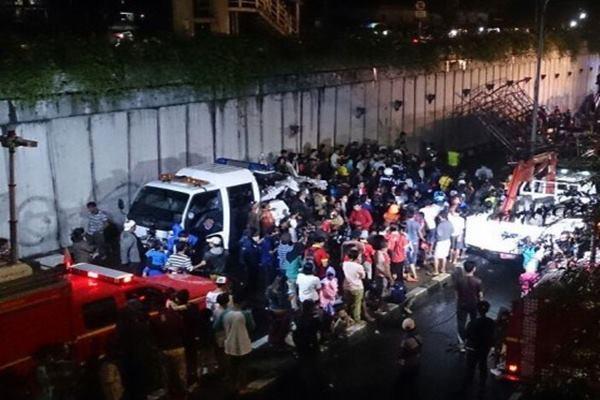 Proses evakuasi JPU Pasar Minggu saat ambruk beberapa waktu lalu. - Antara