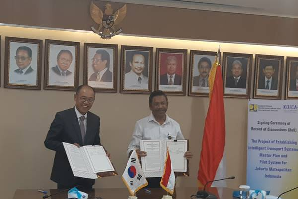 Country Director KOICA Indonesia, Hoejin Jeong (kiri) dan Direktur Jenderal Bina Marga Kementerian PUPR, Sugiyartanto (kanan) usai menekan record of discussion (RoD) rencana induk sistem transportasi cerdas di Jakarta, Rabu (3/7). - Rivki Maulana