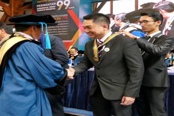 Presiden Direktur PT Honeywell Indonesia Roy Kosasih menerima penghargaan dari Rektor ITB Kadarsah Suryadi - Istimewa
