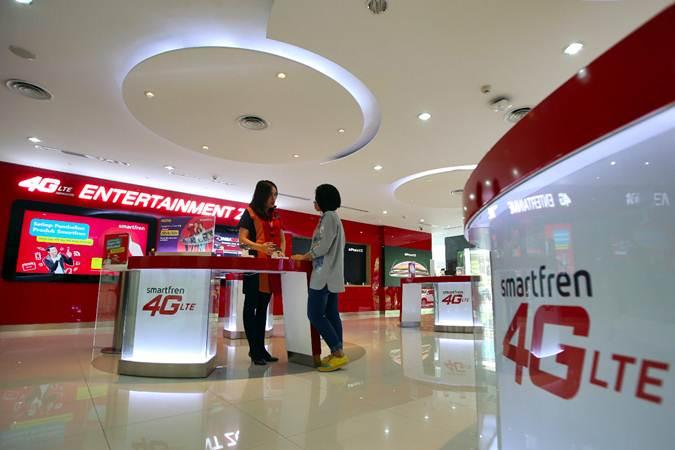 Pengunjung mencari informasi produk di Gerai Smartfren, Jakarta, Selasa (2/7/2019). - Bisnis/Abdullah Azzam