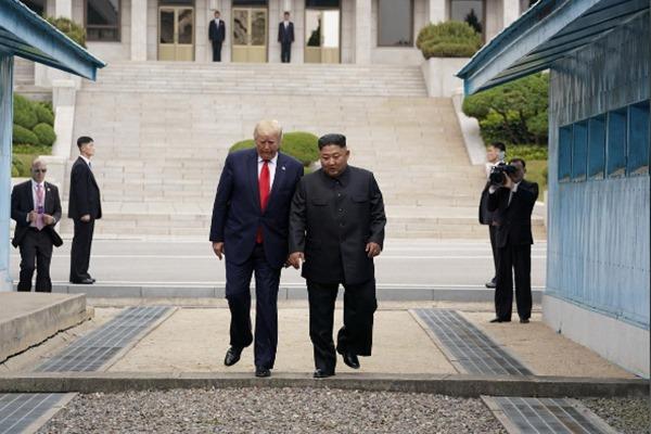 Presiden AS DOnald Trump bertemu dengan pemimpin Korea Utara Kim Jong-Un di zona demiliterisasi di Panmunjom, perbatasan Korea Utara dan Korea Selatan, Minggu (30/6/2019). - Reuters/Kevin Lamarque