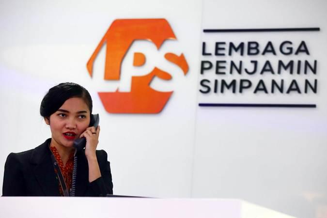Ilustrasi - Karyawan beraktivitas di dekat logo Lembaga Penjamin Simpanan (LPS) di Jakarta, Selasa (23/4/2019). - Bisnis/Abdullah Azzam