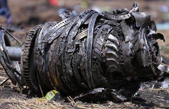 Ilustrasi - Bagian mesin pesawat terlihat di lokasi jatuhnya pesawat Ethiopian Airlines dengan nomor penerbangan ET 302, di dekat Kota Bishoftu, sebelah tenggara Ibukota Addis Ababa, Ethiopia, Senin (11/3/2019). - REUTERS/Tiksa Negeri