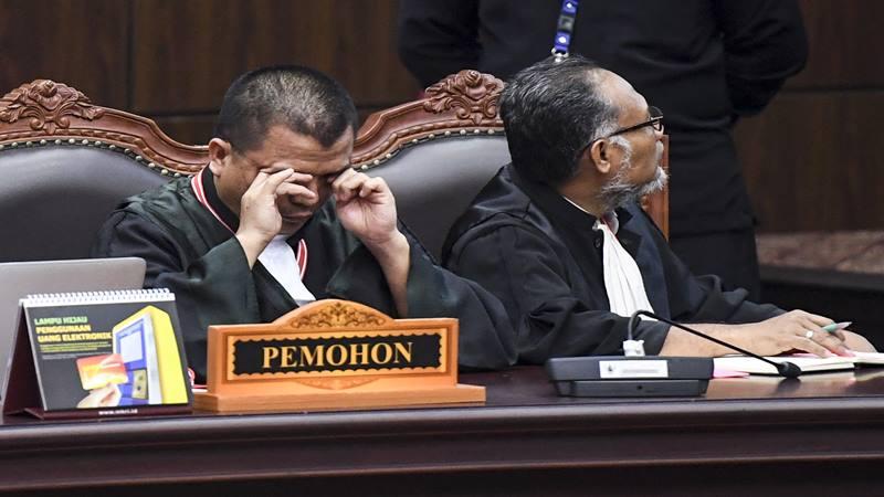 Denny Indrayana (kiri) dan Bambang Widjojanto (kanan) saat menjadi tim kuasa hukum pasangan Calon Presiden dan Calon Wakil Presiden nomor urut 02 pada sidang Perselisihan Hasil Pemilihan Umum (PHPU) Presiden dan Wakil Presiden 2019 di Gedung Mahkamah Konstitusi, Jakarta, Kamis (27/6/2019). - Antara