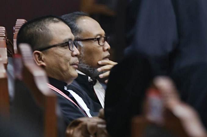 Denny Indrayana (kiri) dan Bambang Widjojanto (kanan) saat menjadi tim kuasa hukum pasangan capres dan cawapres nomor urut 02. - Bisnis/Abdullah Azzam