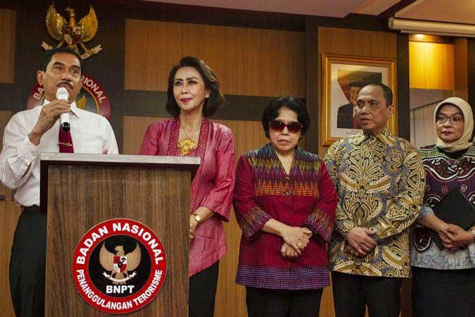 Kepala Badan Nasional Penanggulangan Terorisme (BNPT) Suhardi Alius (kiri) bersama Panitia Seleksi Calon Pimpinan KPK 2019-2023 Yenti Garnasih (kedua kiri), Harkristuti Harkrisnowo (tengah), Indriyanto Seno Adji (kedua kanan) dan Diani Sadia Wati (kanan) menyampaikan keterangan pers seusai melakukan pertemuan di Kantor BNPT, Jakarta, Senin (1/7/2019). - ANTARA/Dhemas Reviyanto