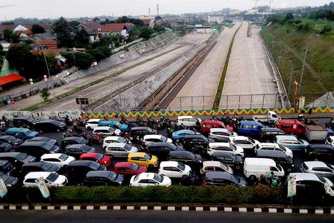 Kendaraan bermotor terjebak kemacetan lalu lintas di jalan di atas Tol Cinere-Jagorawi (Cijago) seksi II yang belum beroperasi di Depok, Jawa Barat, Sabtu (11/5/2019). - ANTARA/Yulius Satria Wijaya