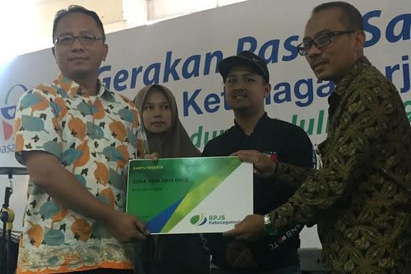 Kepala Kantor Cabang BPJS Ketenagakerjaan Bandung Suci, Suhedi (kanan) - Bisnis/Dea Andriyawan
