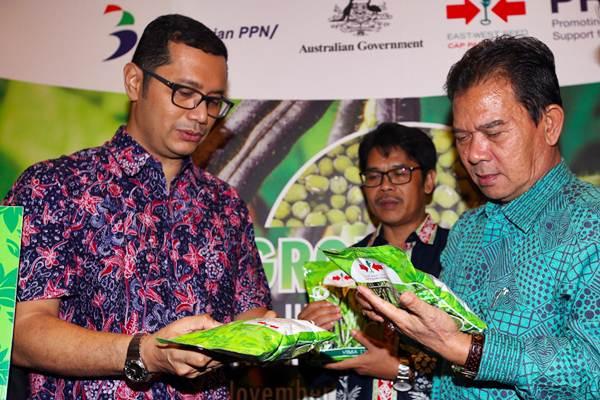 Managing Director PT East West Seed Indonesia (Ewindo) Glenn Pardede (kiri) berbincang dengan Ketua KTNA Winarno Tohir saat peluncuran benih unggul kacang hijau VIMA 1, di Jakarta, Rabu (7/11/2018). - JIBI/Abdullah Azzam