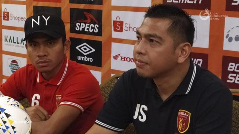 Pelatih Perseru Badak Lampung FC Jan Saragih (kanan) dan pemain Muhammad Fahri. - Liga Indonesia