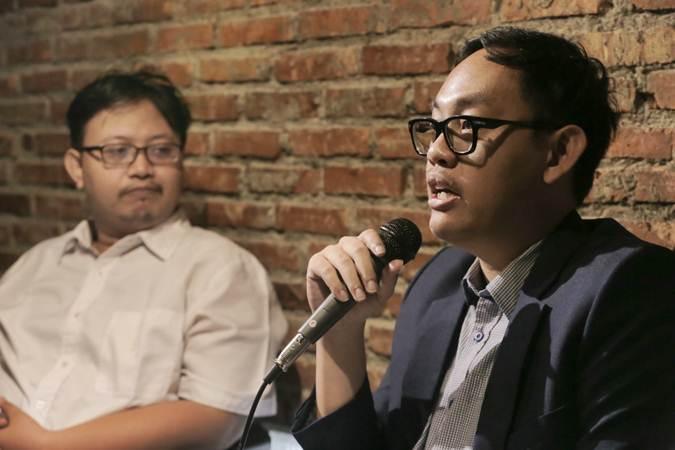 Ekonom Institute for Development of Economics and Finance (Indef) Bhima Yudhistira Adhinegara (kanan) dan Peneliti Indonesia for Global Justice (IGJ) Hafidz Arfandi memberikan paparan dalam diskusi bertajuk Di Bawah Bayangan Perang Dagang & Ancaman Defisit Berkepanjangan, di Jakarta, Selasa (18/6/2019). - Bisnis/Felix Jody Kinarwan