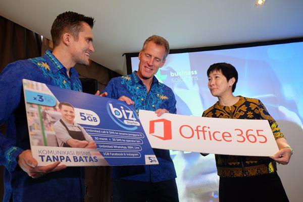 ( Ki-ka ) Chief Enterprise & SME Officer XL Axiata, Kirill Mankovski, Direktur Komersial XL Axiata, Allan Bonke dan One Commercial Partner & Small Medium Corporate Director Microsoft Indonesia, Mulia Dewi Karnadi dalam acara peluncuran Paket BIZ, solusi komplit akses daya bagi kalangan usaha, lengkap dengan Office 365 di Jakarta. Selasa (7/8/2018) - XL