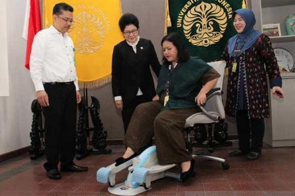 Listya Tresnanti Mirtha, saat mempraktikkan pemakaian Kinesia di hadapan Menteri Kesehatan RI Nila F Moeloek. - ANTARA