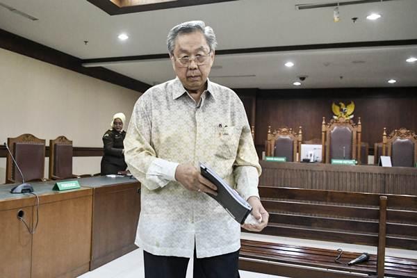 Terdakwa kasus korupsi pengelolaan dana pensiun PT Pertamina, Edward Soeryadjaya berjalan keluar ruang sidang seusai menjalani sidang dengan agenda pembacaan putusan di Pengadilan Tipikor, Jakarta, Kamis (10/1/2019). - ANTARA/Hafidz Mubarak A