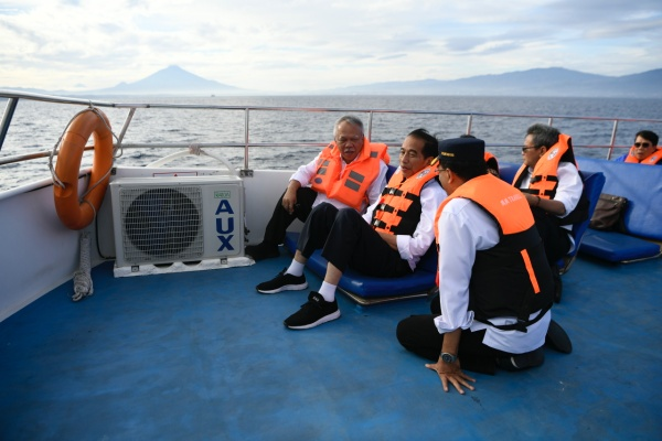 Presiden Joko Widodo (kedua kiri) berbincang dengan Menteri PUPR Basuki Hadimuljono (kiri) dan Menteri Perhubungan Budi Karya Sumadi (kanan) ketika berlayar menuju Bunaken di Sulawesi Utara, Jumat (5/7/2019). - ANTARA FOTO/Puspa Perwitasari