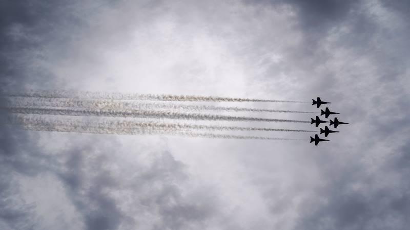 Pesawat-pesawat Blue Angels Angkatan Laut Amerika Serikat (AS) terbang di atas Lincoln Memorial selama pidato Presiden AS Donald Trump berpidato saat perayaan HUT Kemerdekaan AS, 4 Juli 2019 di Lincoln Memorial di Washington AS. - Reuters