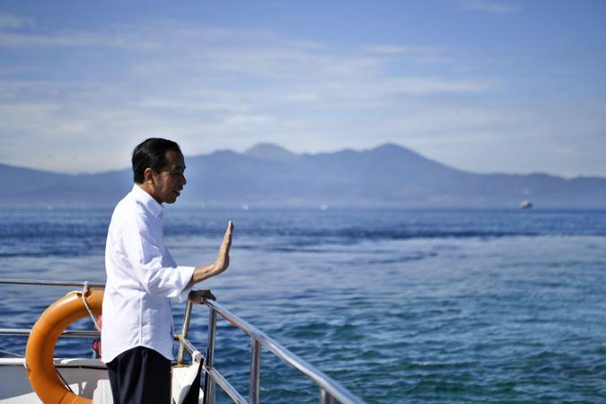 Presiden Joko Widodo berpamitan kepada warga usai mengunjungi kawasan wisata Bunaken di Sulawesi Utara, Jumat (5/7/2019). - ANTARA/Puspa Perwitasari