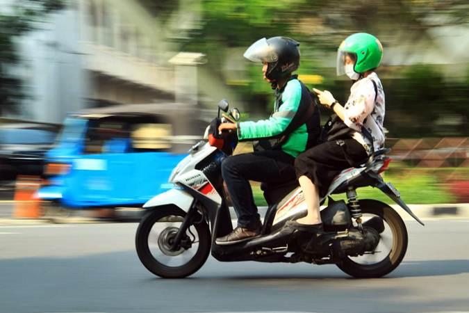 Pengemudi ojek daring atau ojek online (Ojol) mengantar penumpang melintas di kawasan Monumen Nasional, Jakarta, Rabu (12/6/2019). - Bisnis/Triawanda Tirta Aditya