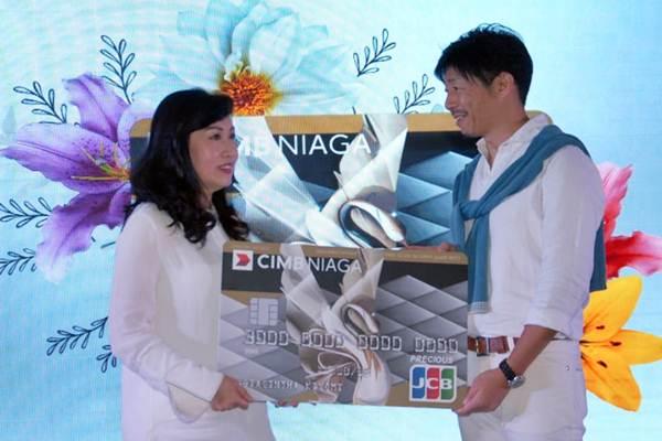 Direktur PT Bank CIMB Niaga Tbk (CIMB Niaga) Lani Darmawan (kiri) bersama Presdir PT JCB International Indonesia Koichiro Wada, memperlihatkan Precious Card di sela sela peluncurannya, di Jakarta, Senin (12/11/2018). - JIBI/Endang Muchtar