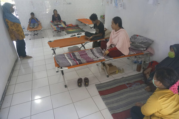 Pasien penderita Hepatitis A menjalani rawat inap di tempat-tempat tidur darurat (velt bed) di Puskesmas Ngadirojo, Pacitan, Jawa Timur, Kamis (27/6/2019). Pemkab Pacitan menetapkan status KLB (kejadian luar biasa) wabah Hepatitis A di enam kecamatan setelah penyakit sangat menular itu mulai terdeteksi pada 19 Juni 2019 dengan jumlah 84 pasien, dan terus melonjak hingga kini Kamis (27/6/2019) mencapai 824 penderita. - Antara/Destyan Sujarwoko
