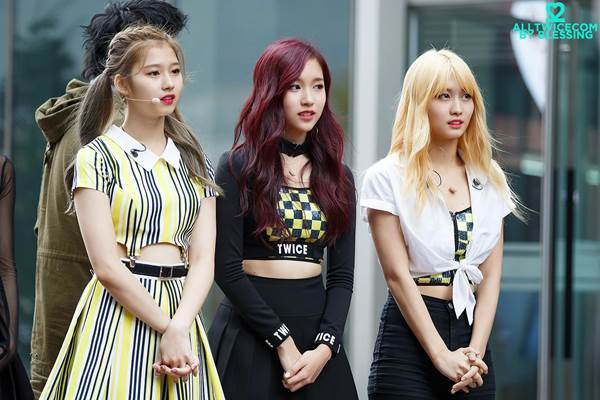 Tiga member Grup K-Pop TWICE asal Jepang : Momo, Mina, dan Sana - koreaboo.com
