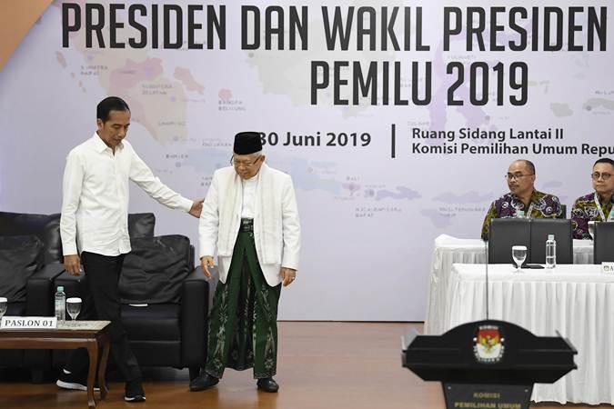Presiden dan Wakil Presiden terpilih periode 2019-2024, Joko Widodo (kiri) dan KH Ma'ruf Amin (kedua kiri) menghadiri Rapat Pleno Terbuka Penetapan Pasangan Calon Presiden dan Wakil Presiden Terpilih Pemilu 2019 di gedung KPU, Jakarta, Minggu (30/6/2019). - ANTARA/Puspa Perwitasari