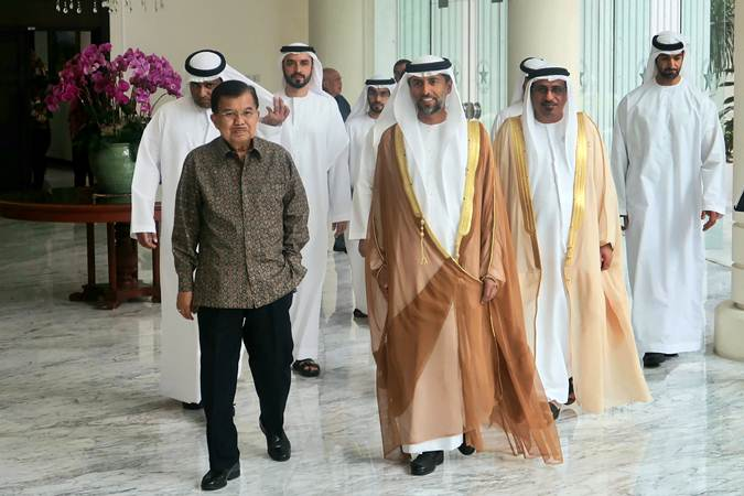 Wakil Presiden Jusuf Kalla berjalan bersama Menteri Energi dan Industri Uni Emirat Arab, Suhail Mohamed Al Mazrouei usai mengadakan pertemuan di Kantor Wapres, Jakarta, Jumat (5/7/2019). - ANTARA/Bayu Prasetyo