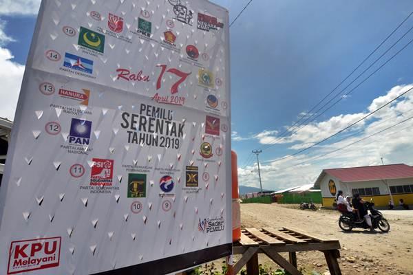 Sebuah baliho Pemilu 2019 terpasang di kawasan pengungsian warga korban bencana gempa dan likuifaksi di Kelurahan Petobo, Palu, Sulawesi Tengah, Kamis (10/1/2019). - ANTARA/Mohamad Hamzah