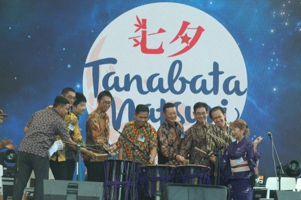 Dari kanan ke kiri : Ketua Komite Tanabata Matsuri Kobayashi Itsuyo; Presdir LPCK Simon Subiyanto; Presdir JETRO Suzuki Keishi; Kepala Bagian Informasi dan Kebudayaan Kedubes Jepang di Indonesia Takeyama Kenichi; Kadis Pariwisata Kab. Bekasi Encep S. Jaya; Sekjen The Jakarta Japan Club Tomizawa Yoichi; Asisten Direktur Japan Foundation Jakarta Kato Daisuke; Kepala Representatif AOTS Tanaka Masaaki; dan Manajer Cikarang Japan Alliance (CJA) Oky Ristiyanto meresmikan pembukaan Tanabata Matsuri di Citywalk Lip