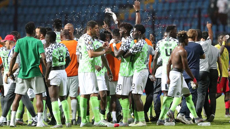 Skuat Nigeria merayakan kemenangan atas juara bertahan Kamerun di 16 besar Piala Afrika 2019. - Reuters/Suhaib Salem