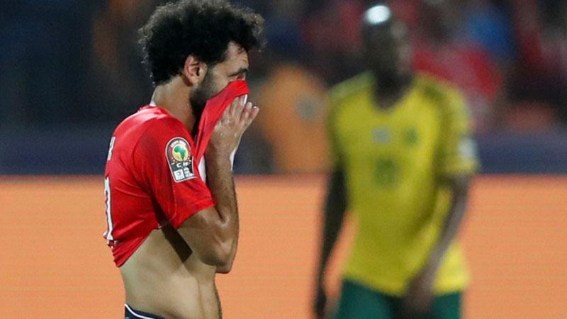 Striker Mesir Mohamed Salah berduka setelah timnya dikalahkan Afrika Selatan. - Reuters/Amr Abdallah Dalsh