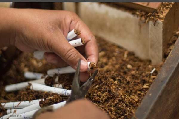Pekerja di pabrik rokok Bentoel.  - Bentoel